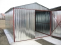 Garaj metalic pentru o maşină, de 3m x 5m, cu acoperiş cu pantă dublă